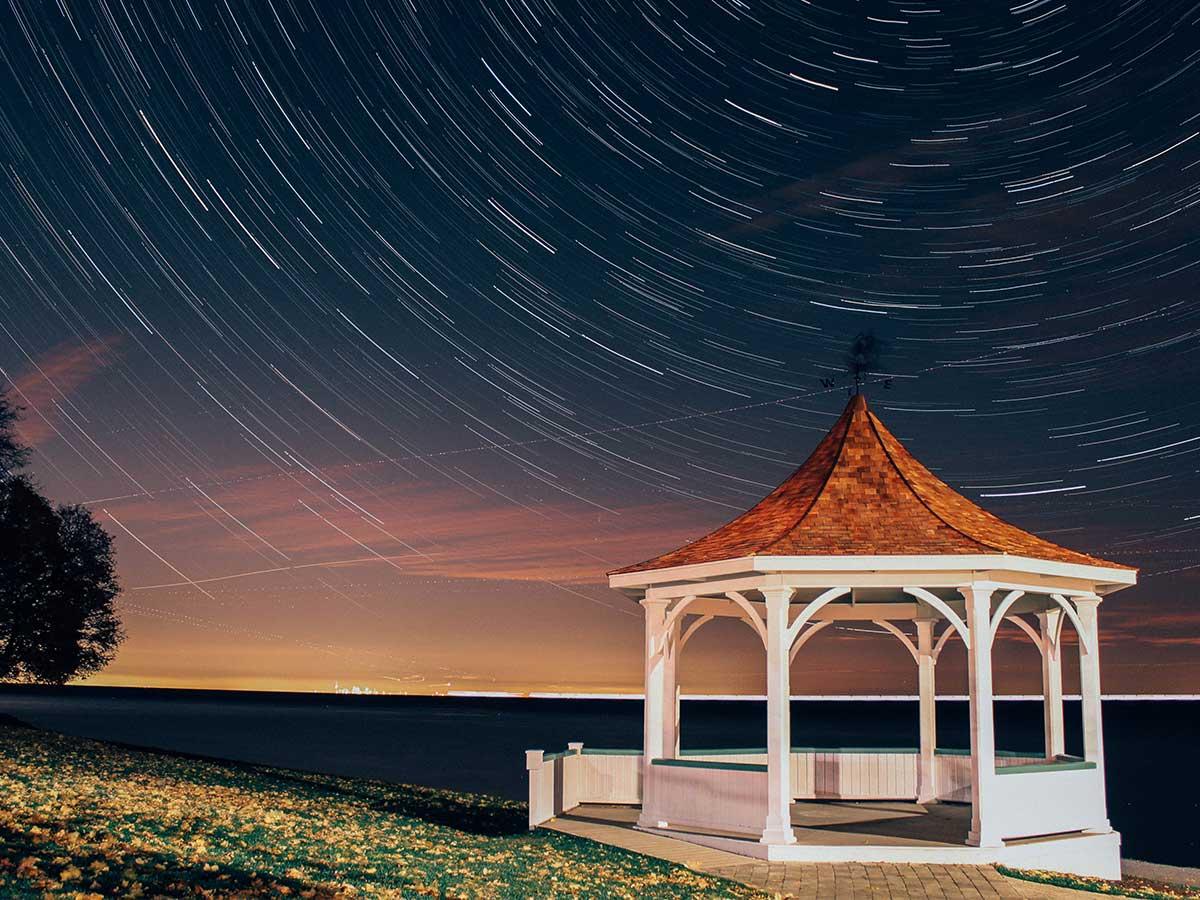 altánok pri nočnej oblohe