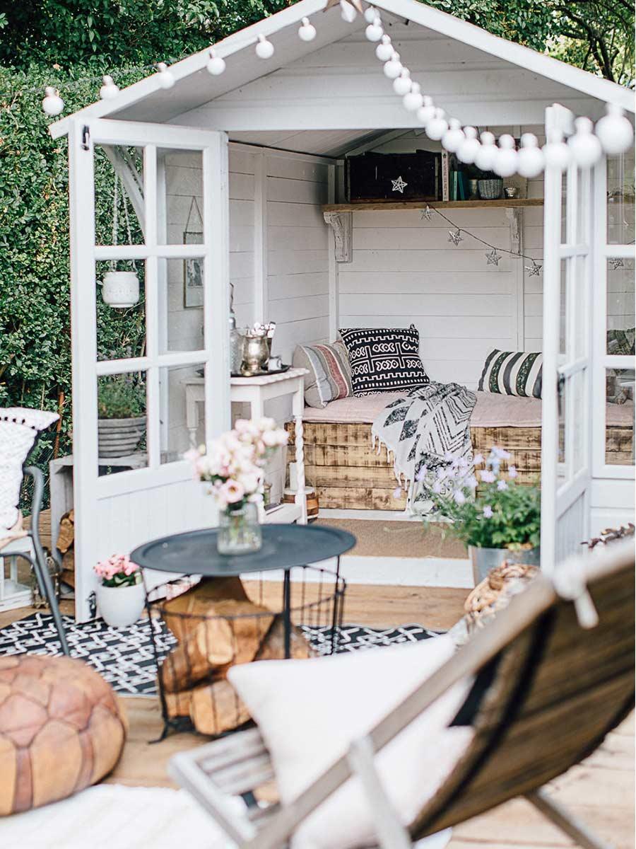 biely záhradný domček