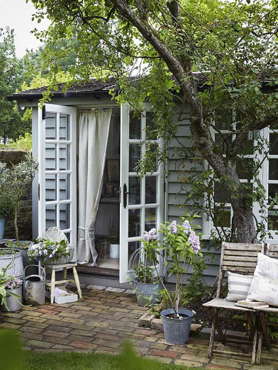 záhradný domček za stromom