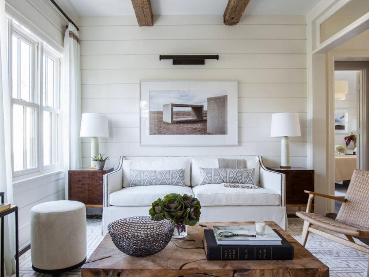biely interiér drevenej chaty