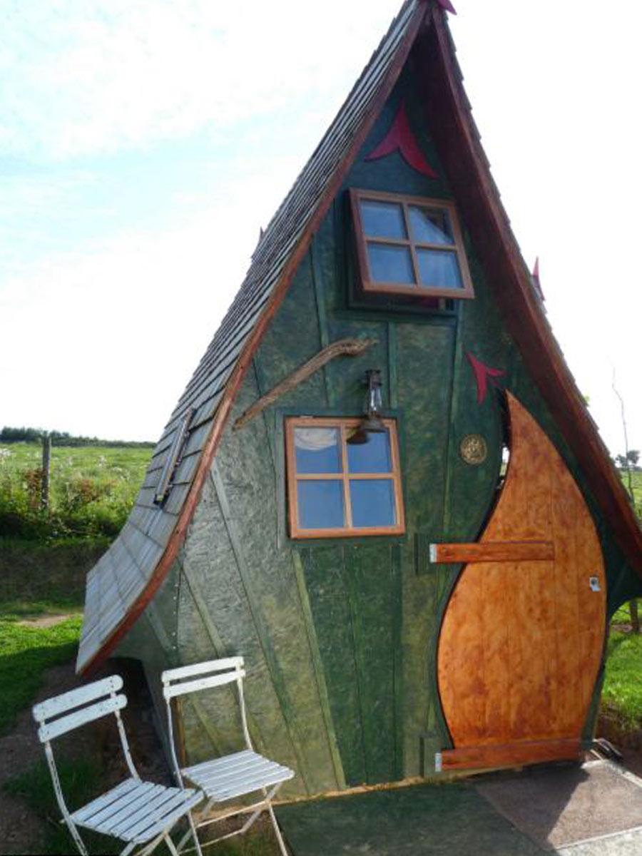 drevený domček s vysokou strechou