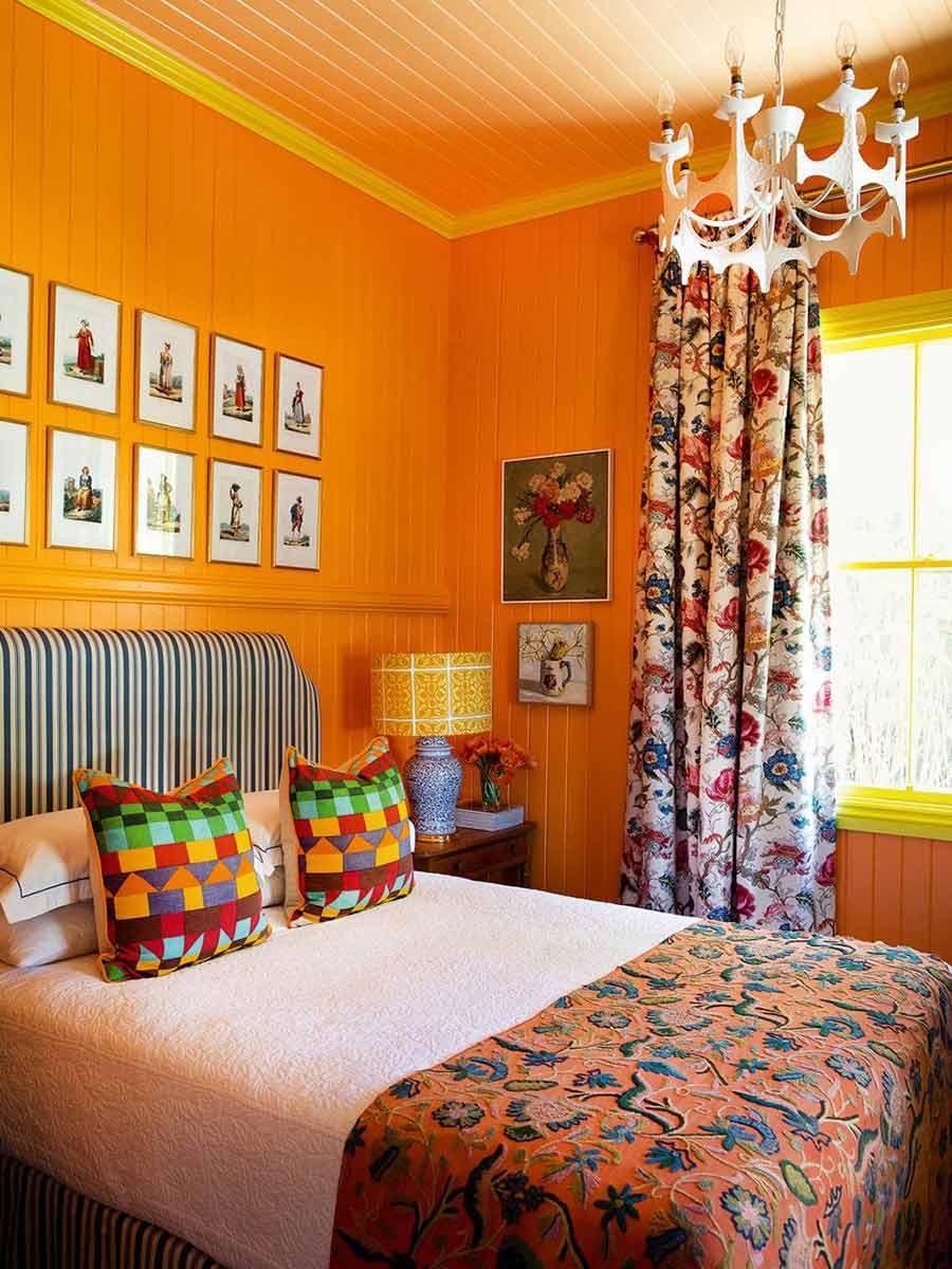 oranžová spálňa v drevenej chate