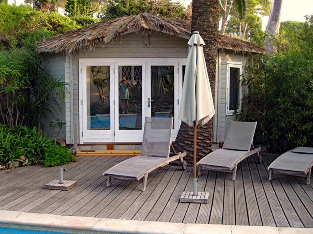 tropický domček pri bazéne