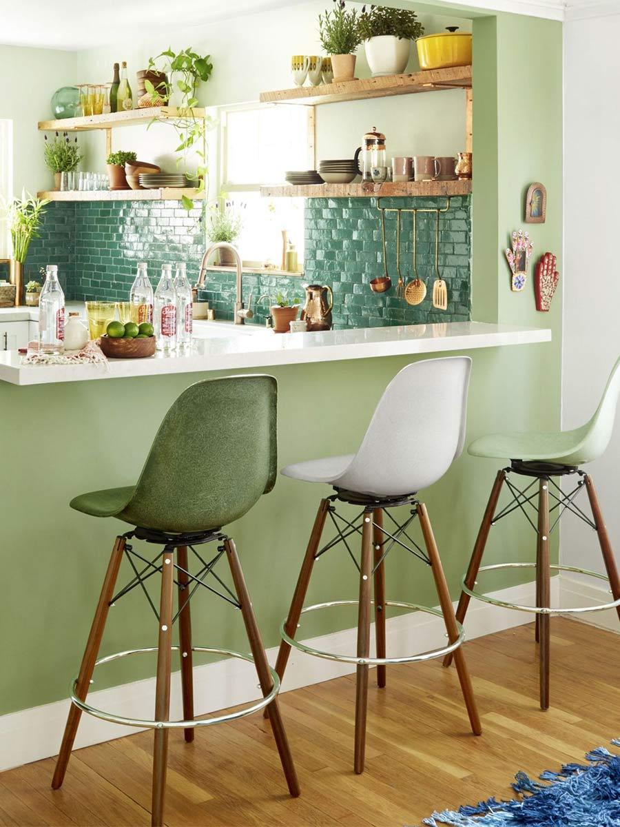 zelená kuchyňa s vysokými stoličkami
