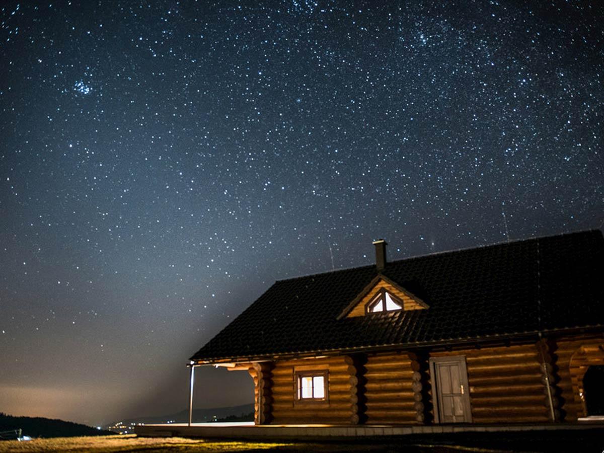 drevená chata pod hviezdami