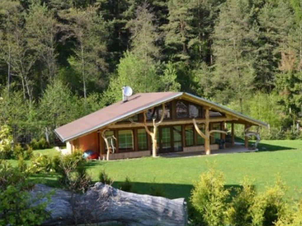 drevená chata v prírode