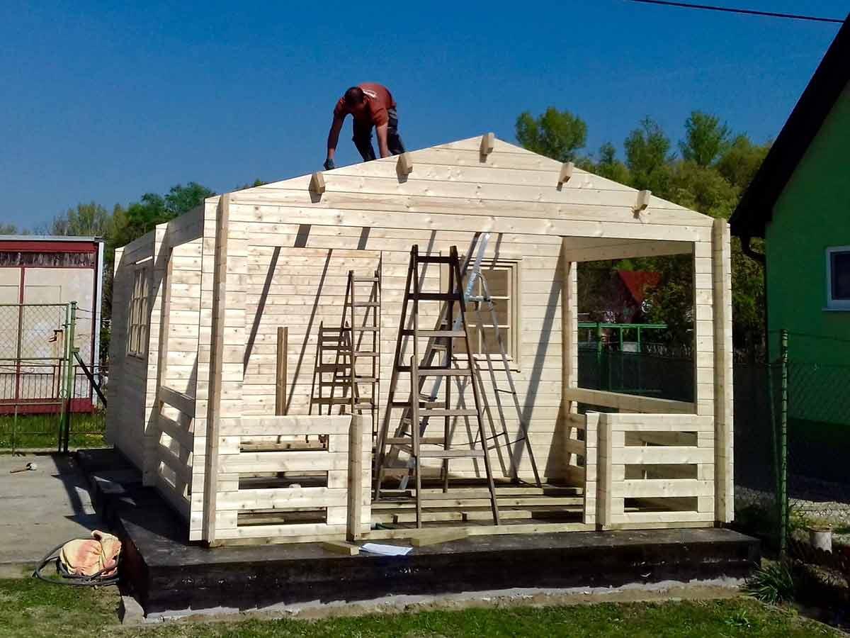 pokladanie strechy na záhradný domček