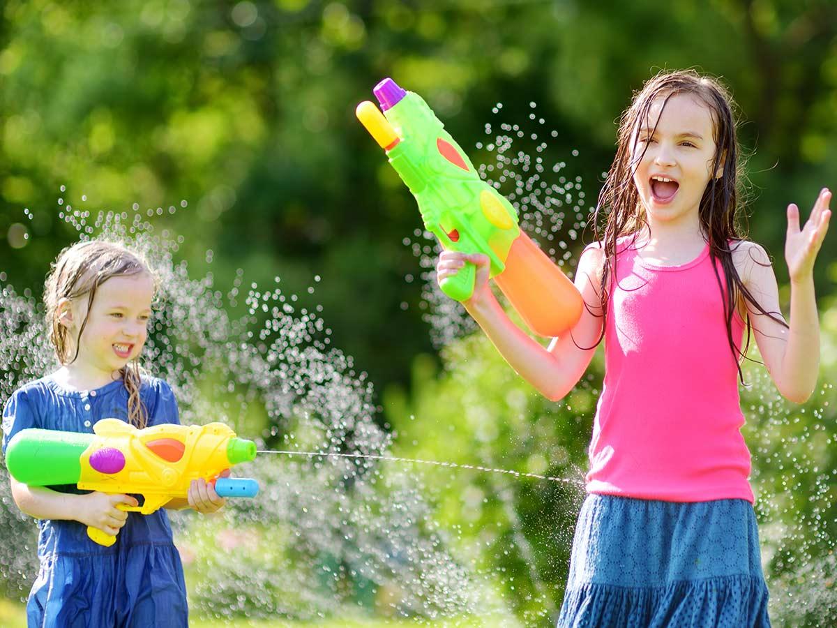 dievčatá sa strieľajú vodnou pištoľou