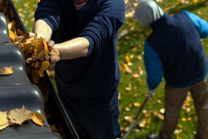 odpratávanie jesenného lístia zo strechy