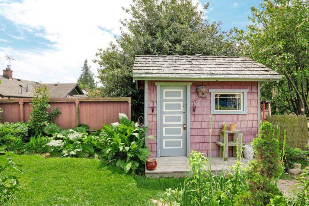 farebný záhradný domček