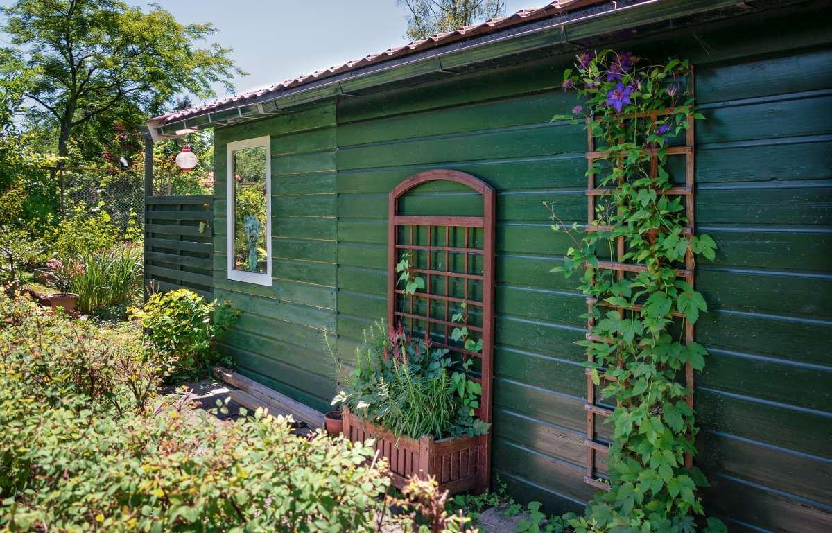 zelený záhradný domček