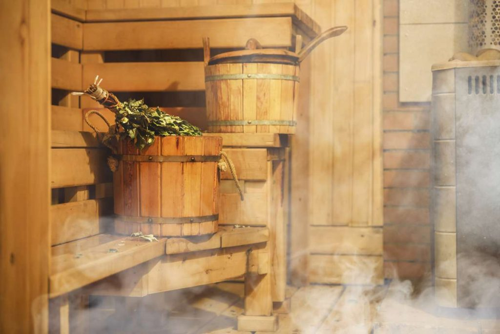 interiér klasickej drevenej fínskej sauny