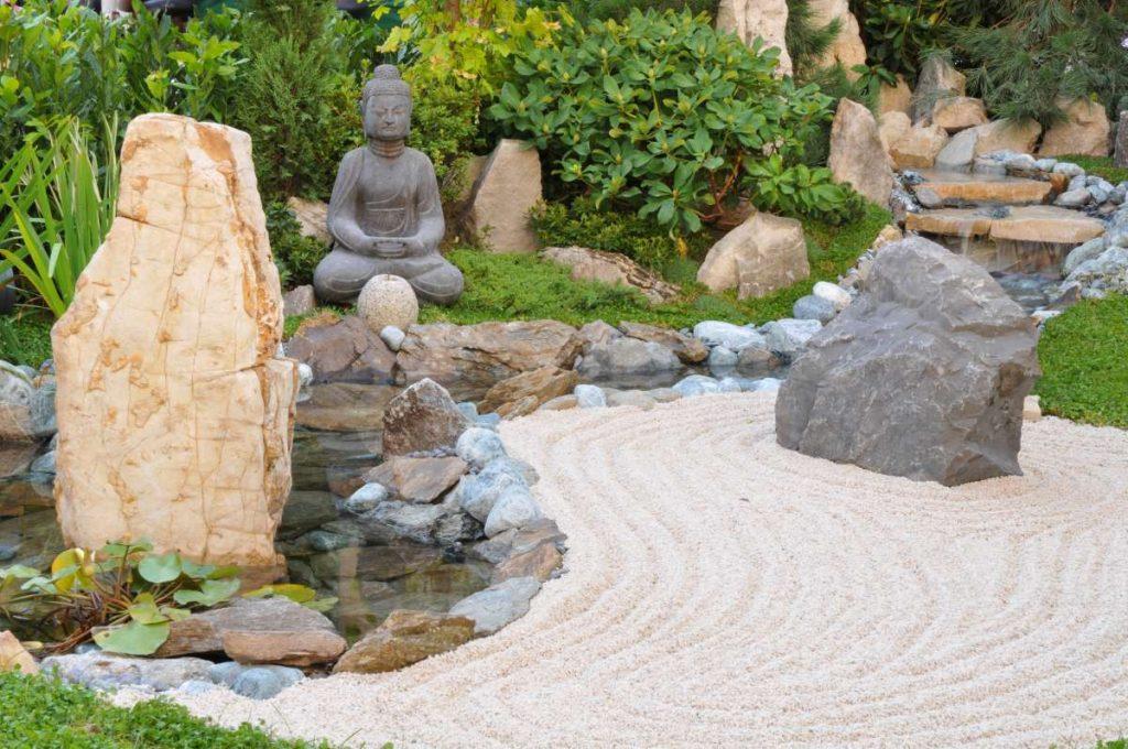 japonská záhrada so sochou Budhu