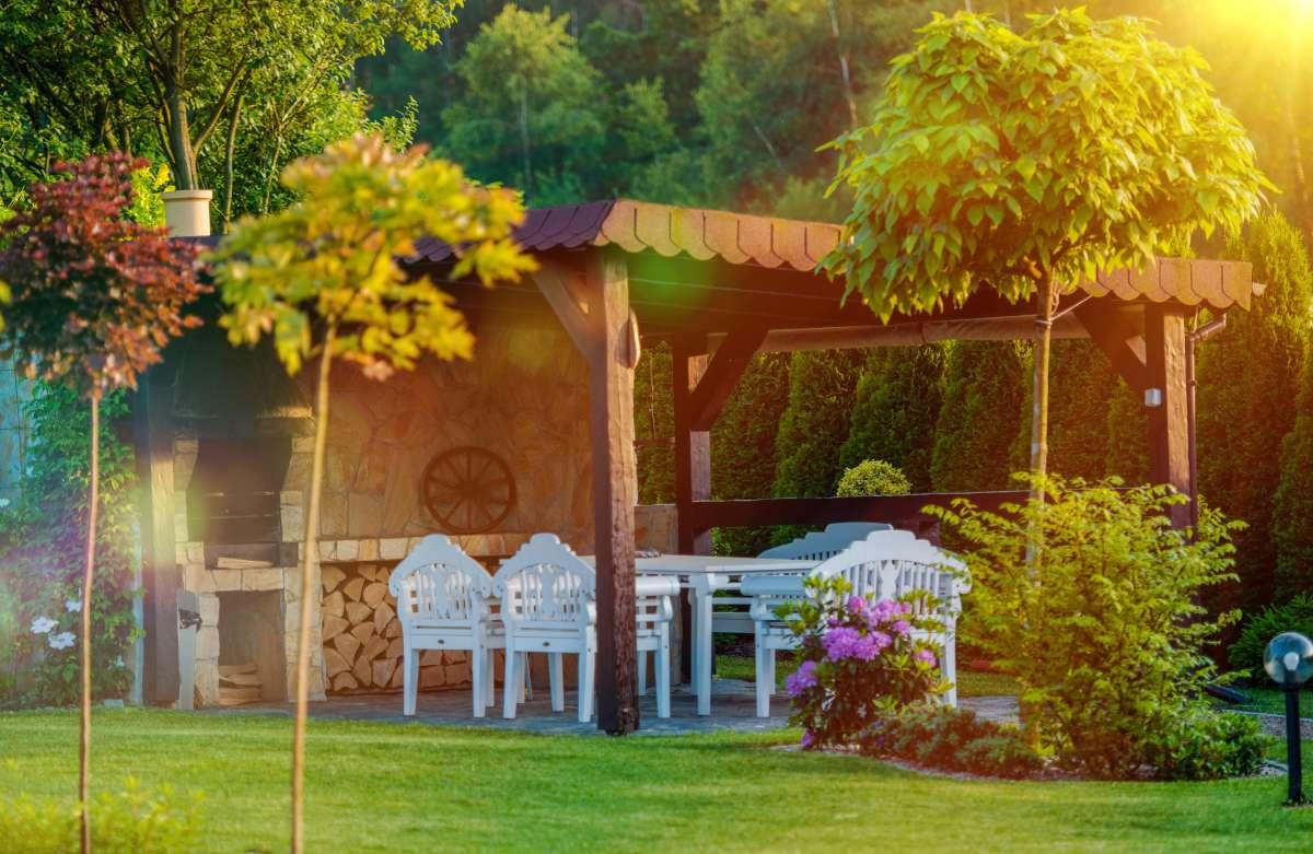 záhradný altánok s posedením a grilom