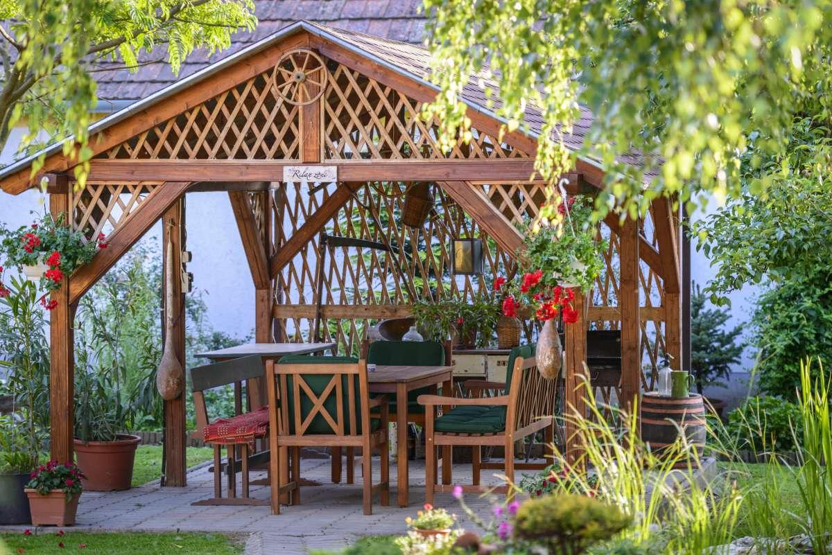 drevený rustic altánok
