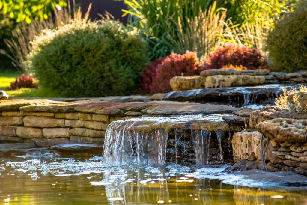 vodopádik v záhradnom jazierku