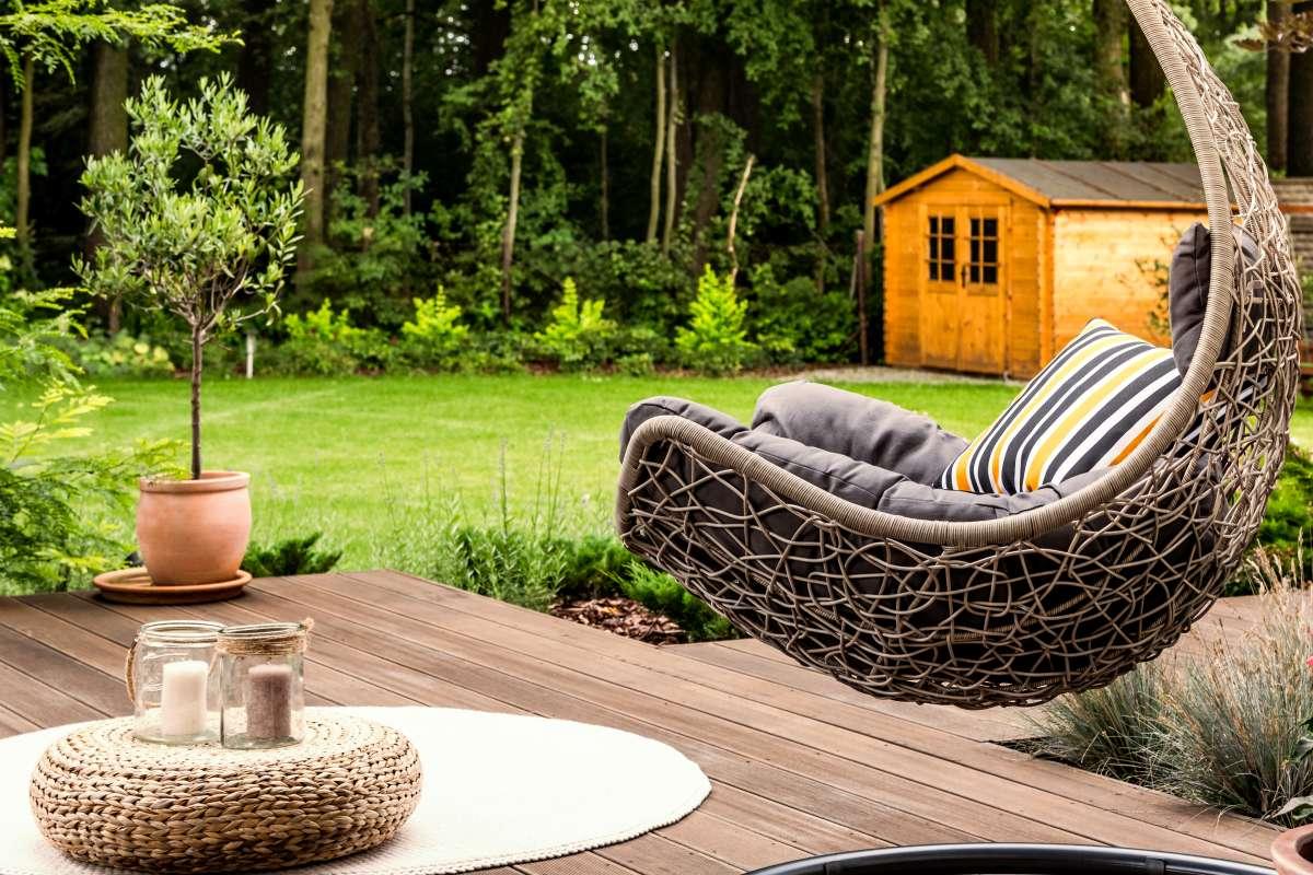 moderná terasa pred záhradným domčekom