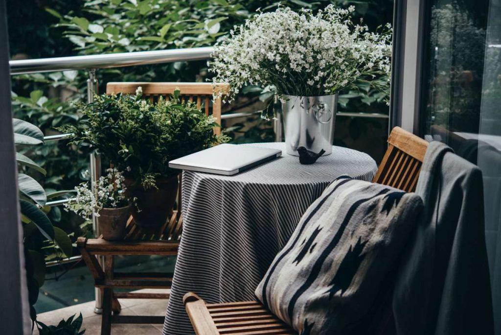 stolík s kvetmi a notebookom