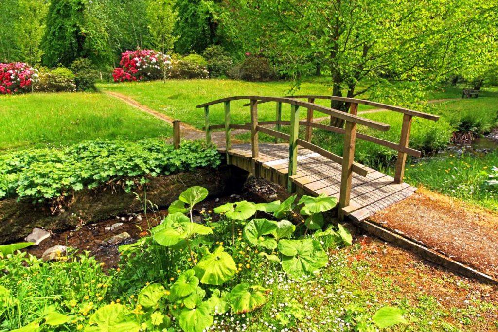 drevený mostík cez potôčik v záhradke